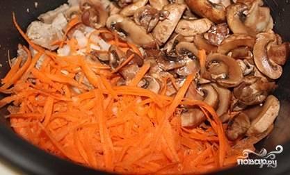 """Грибы промойте, нашинкуйте пластинками. Лук почистите, измельчите. Морковь почистите, помойте, натрите на крупной тёрке. Добавьте овощи в мультиварку. Готовьте всё вместе в режиме """"выпечка"""" в течение 15 минут под крышкой."""