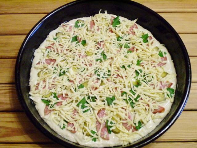 12. Щедро посыпьте пиццу сыром. Ставьте пиццу в горячую духовку (220-230 градусов) на 15-20 минут.