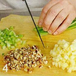 Приготовить начинку с креветками. Яблоки очистить от кожуры, удалить сердцевину и нарезать небольшими кубиками. Сбрызнуть яблоки соком 1 лимона. Сельдерей вымыть и нарезать так же, как яблоки. Грецкие орехи порубить ножом. Креветки отварить в подсоленной воде, 4 мин. Остудить и очистить. В миске смешать яблоки, сельдерей, орехи и креветки. Заправить майонезом и сливками, посолить и поперчить по вкусу.