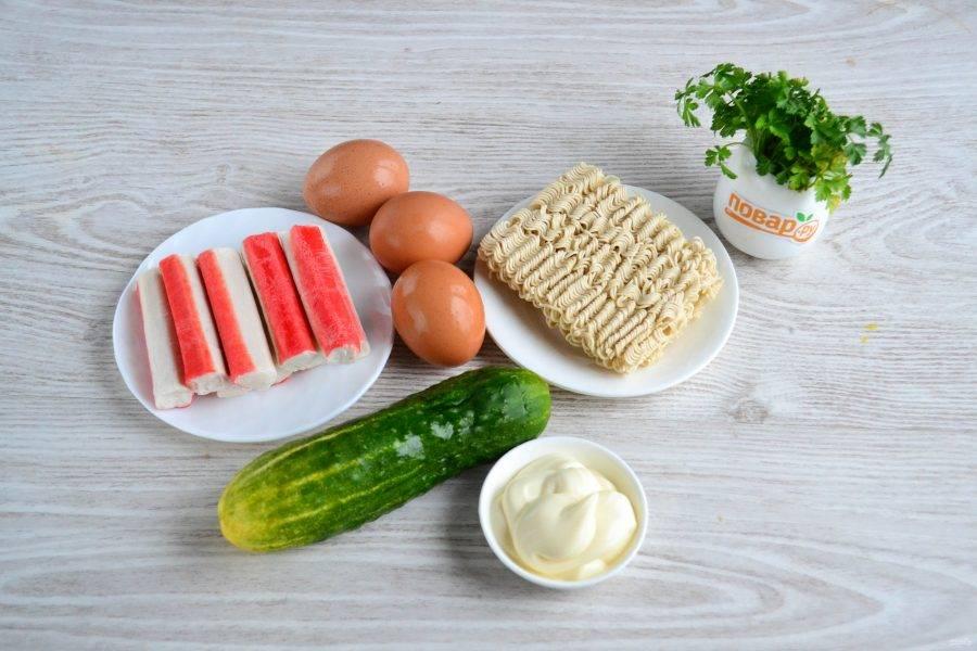 Подготовьте все необходимые ингредиенты. Яйца отварите вкрутую и очистите.