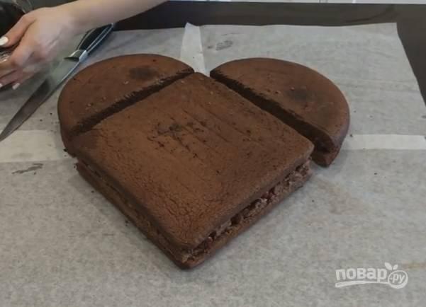 5. Накройте верхними коржами нижние, соберите торт в форме сердца. Срезанная сторона квадрата должна быть обращена внутрь торта.