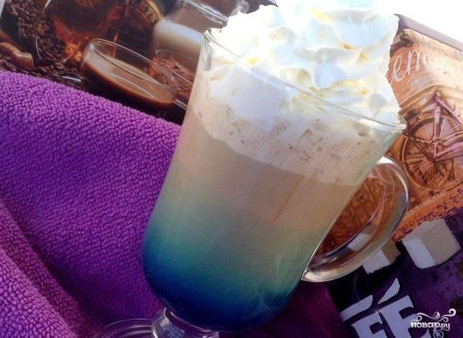 Напиток должен расслоиться по цветам. Остаётся лишь украсить его сверху взбитыми сливками и наслаждаться готовым напитком!