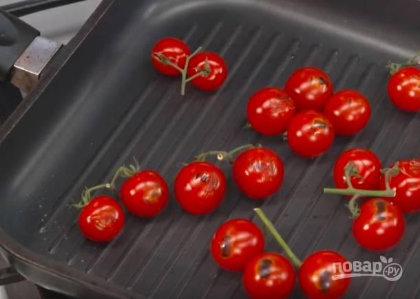 """Выложите на сковороду помидоры и поджарьте до красивых """"подпалин""""."""