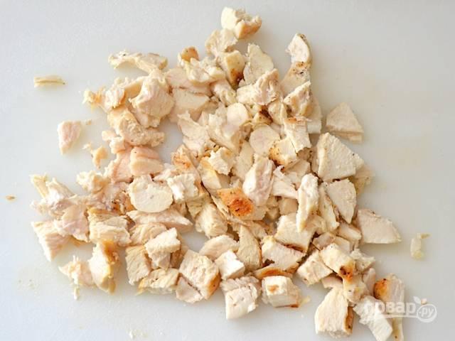 Готовую курицу нарежьте мелкими кубиками.