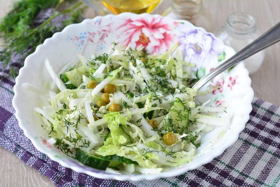 Перемешайте салат, добавьте мелко рубленый укроп. Блюдо готово.