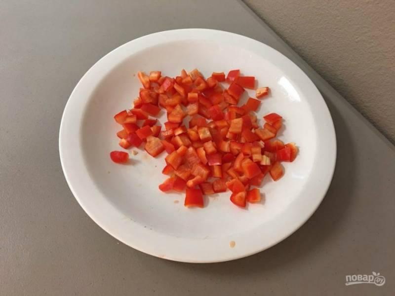 4.Перец мою и разрезаю на 2 части, затем вычищаю семена и нарезаю небольшими кусочками.
