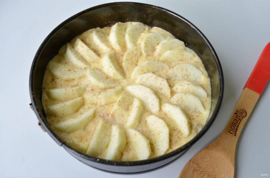 7. Посыпьте пирог корицей (0,5 ч. л.) и сахаром (1-2 ст. л.) и отправьте в духовку на 45-50 минут.
