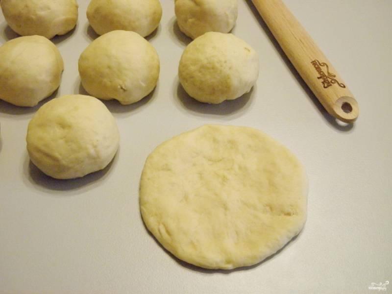 Разделите тесто на равные кусочки. Количество не имеет значения, чем больше кусочек - тем больше пирожок. Каждый кусочек теста пальцами обомните, чтобы получился блинчик.