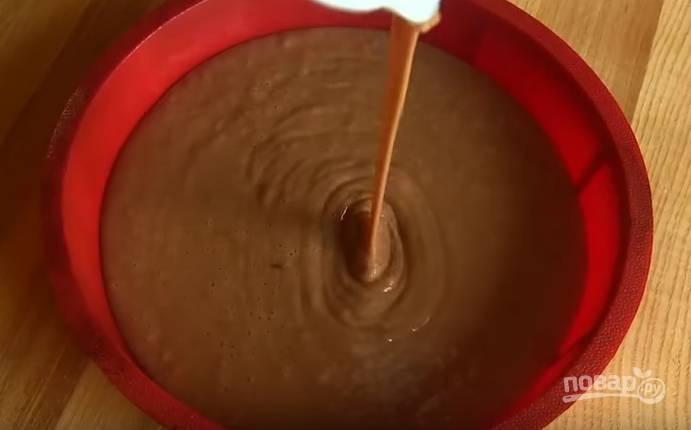 4. Форму для выпечки смажьте маслом, вылейте в нее тесто. Выпекайте в духовке при температуре 180 градусов 20-25 минут.