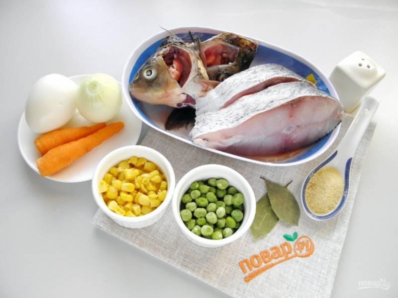 Подготовьте продукты для заливного. Рыбу тщательно вымойте, овощи очистите и сполосните под водой.