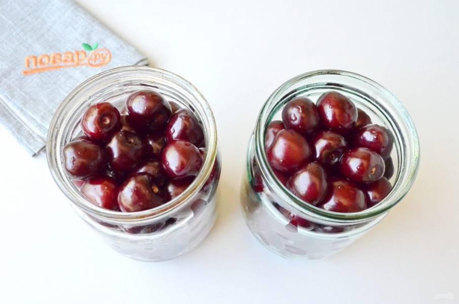 Наполните ягодами плотно баночки, но не давите, чтобы ягоды были целыми и красивыми. Я закатывала в 0,5 литровые банки.