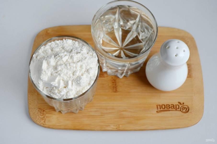 Теперь подготовьте продукты для второго этапа: теплую воду, пшеничную муку и соль. Я советую еще добавлять пару щепоток сахара.