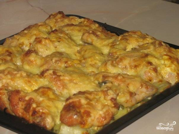 8.Куриные голени с картофелем готовы! При подаче на стол можно украсить блюдо мелко порубленной зеленью. Пальчики оближешь!
