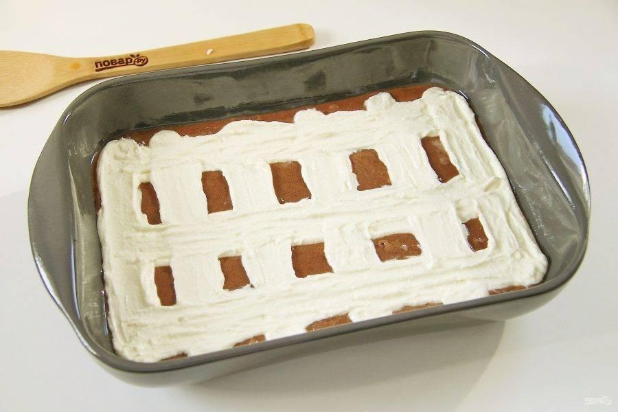 Сверху при помощи кулинарного мешка или обычной ложки поверх шоколадного теста нанесите творожное. Тесто наносите полосками, в виде решетки. Количество полосок может быть любым, на ваше усмотрение.