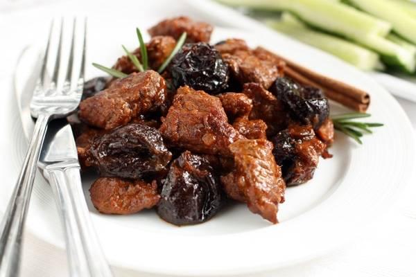 Говядина с черносливом в горшочке