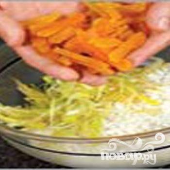 2.Теплой водой промываем рис. Затем отвариваем в подсоленной воде. Доводим на сильном огне до кипения, после огонь уменьшаем, и минут 5 варим. Затем сливаем воду, перекладываем в миску рис. Нарезаем кольцами порей, примерно 1 минуту обжариваем на растительном масле. Крупной соломкой нарезаем курагу. К рису добавляем курагу и порей, перемешиваем.