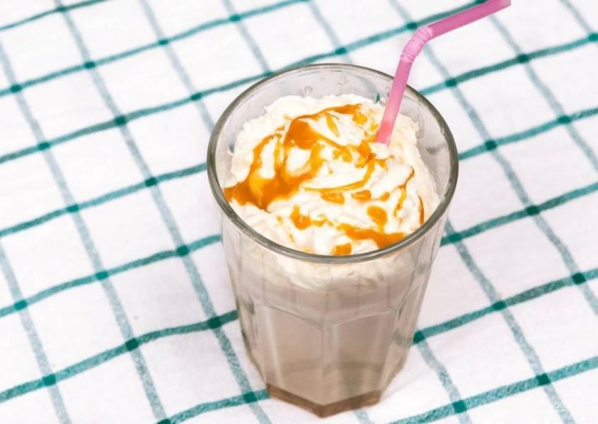 3. Заполните примерно половину стакана получившейся массой, затем налейте немного охлажденную газировку и перемешайте. Сверху добавьте взбитые сливки и украсьте все сиропом. Приятного аппетита!