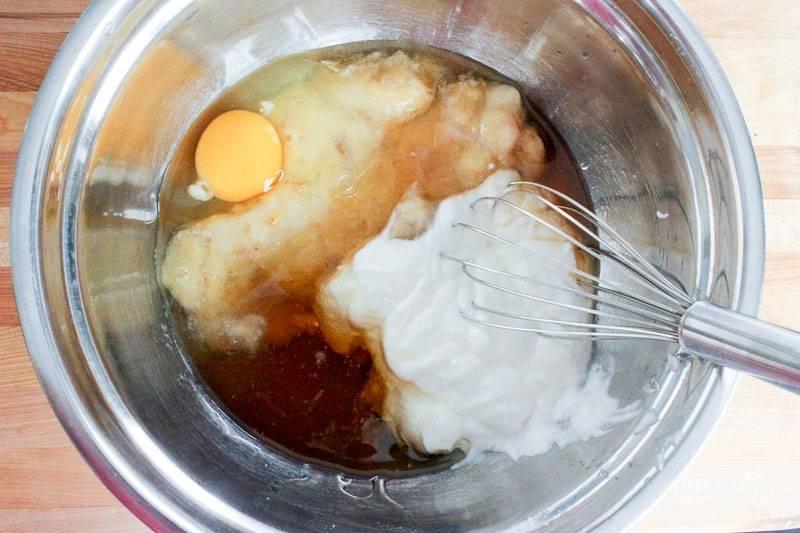 2. В глубокой мисочке соедините бананы, яйцо, йогурт, мед и ванильный экстракт.