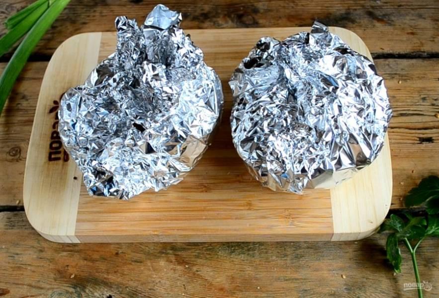 Заверните булочки в фольгу, отправьте их в разогретую до 200 градусов на 15 минут.