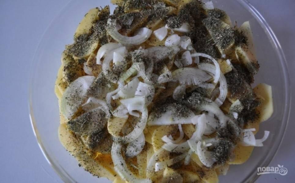 3.Репчатый лук чищу и мою, нарезаю его полукольцами и добавляю к картошке, кроме этого кладу еще и сухой укроп.