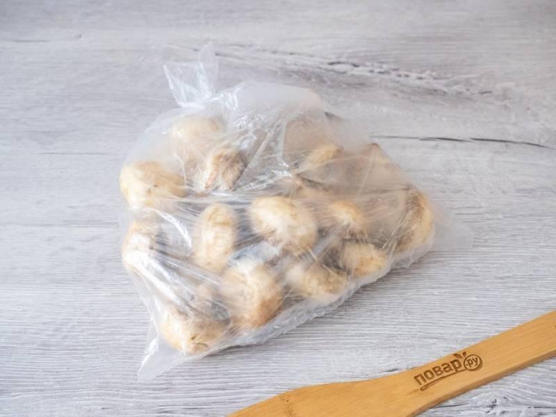 Тщательно перемешайте грибы с маринадом прямо в пакете. Оставьте в покое не менее чем на 30-60 минут.