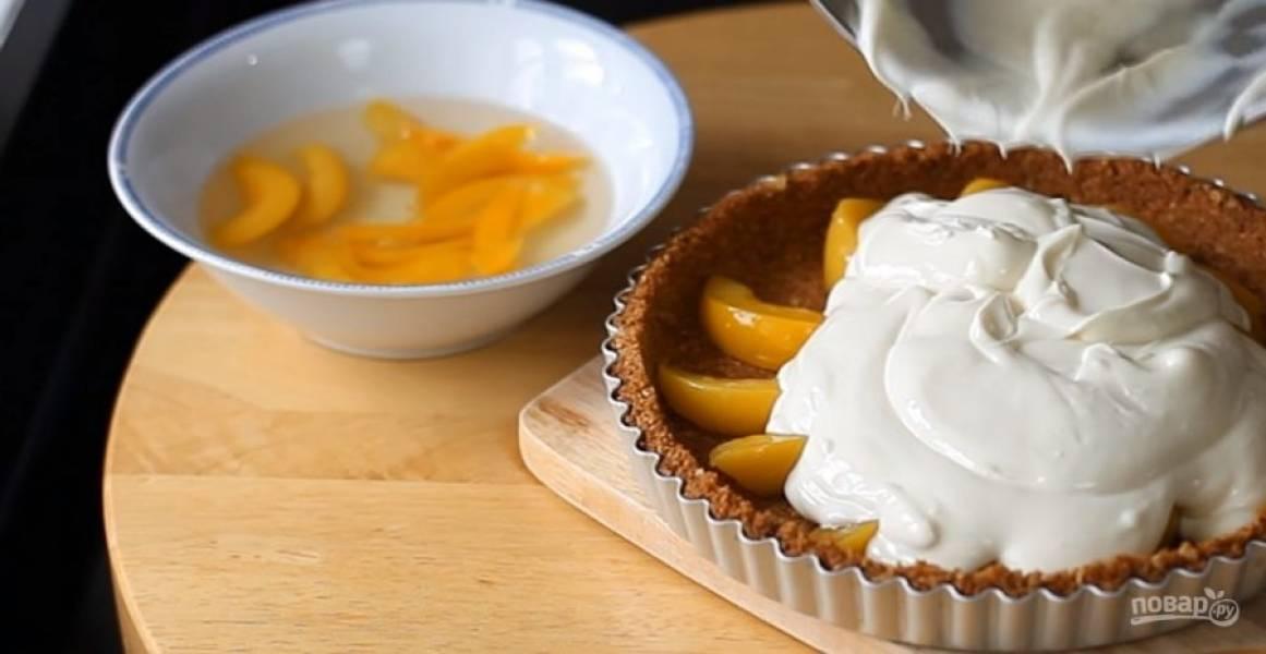 3. На застывшую основу из печенья выложите дольки персиков и залейте их начинкой. Отправьте в холодильник на 1 час. Приятного аппетита!