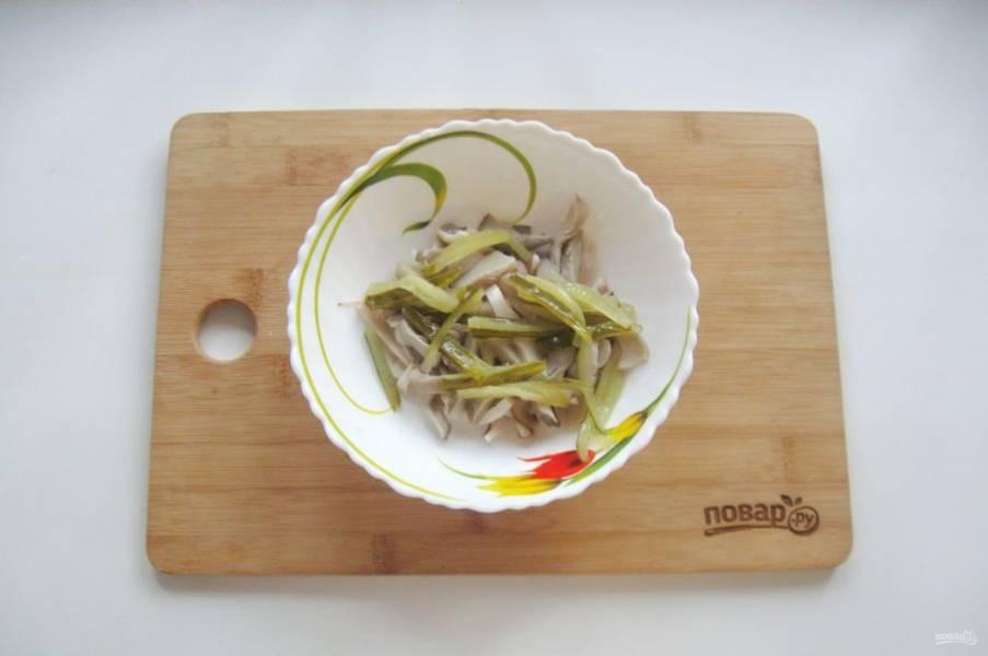 Соленый или маринованный огурец тоже нарежьте соломкой. Добавьте в салат.