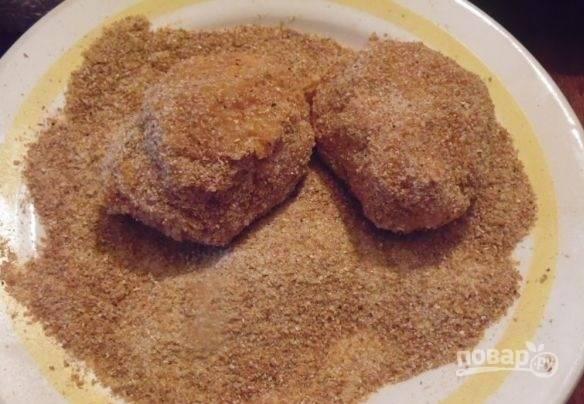 7. Возьмите часть фарша, сформируйте котлетки, обваляйте в панировочных сухарях и обжарьте на сковороде с растительным маслом с двух сторон до румяности.