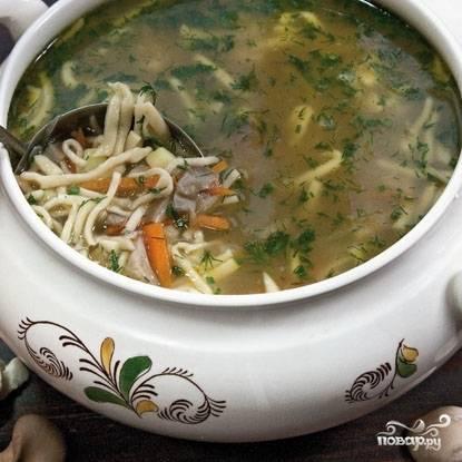 Варим на среднем огне еще 3-4 минуты до готовности лапши и картофеля. Затем даем супу немного настояться под крышкой, после чего разливаем по тарелочкам и подаем. Приятного аппетита! :)