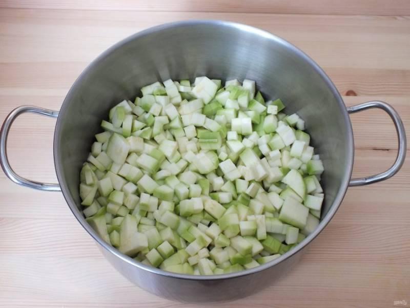 Нарежьте кабачки кубиком, по размеру - чуть больше фасоли. Переложите в кастрюлю.
