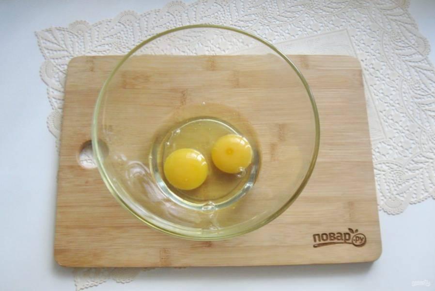 В миску разбейте яйца.