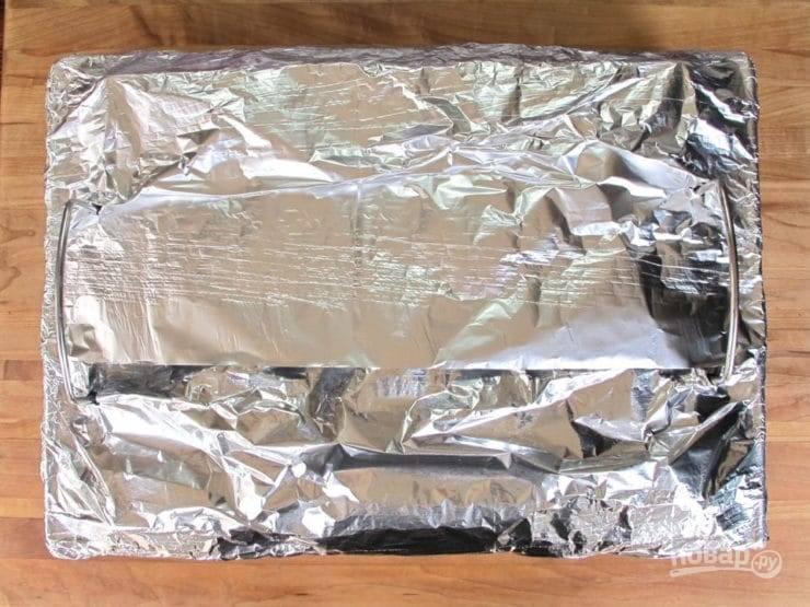 6. Затем решётку с мясом укройте фольгой. Духовку разогрейте до 160 градусов.