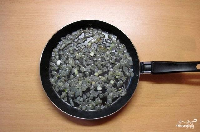 7.Сковороду ставим на огонь, наливаем в неё немного масла, отправляем лук, обжариваем его до готовности.