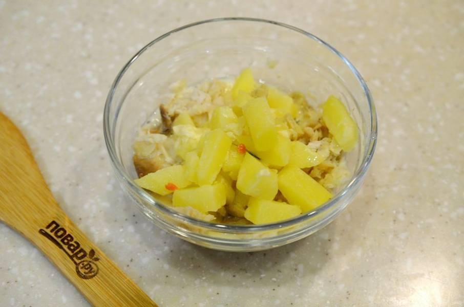 4. Добавьте картофель к рыбе.