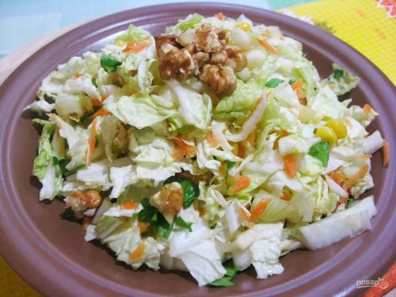 4. Перемешайте салат и подавайте к столу. Из указанного количества ингредиентов получается 4-5 порций.