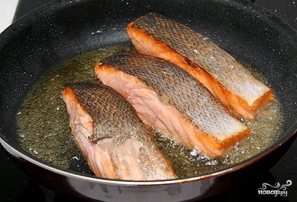 Филе семги нарезаем на порционные кусочки и обжариваем в оливковом масле до образования корочки.