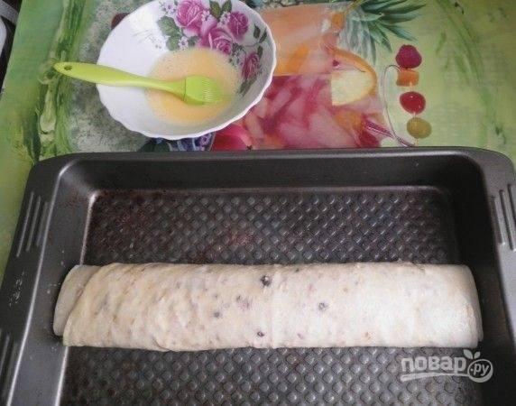 9. Для более аппетитной корочки можно смазать взбитым яйцом или растопленным сливочным маслом. Запекайте рулет при температуре 190 градусов минут 25.
