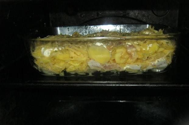 Посыпаем тертым сыром, накрываем фольгой (не обязательно) и отправляем в духовку при 180 градусах минут на 30 (зависит от духовки). Запекаем до золотистой корочки.