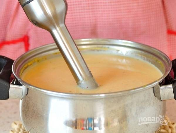 6. С помощью погружного блендера измельчите суп до состояния пюре. Еще раз поставьте на огонь, доведите до кипения и можно подавать к столу.  Приятного аппетита!