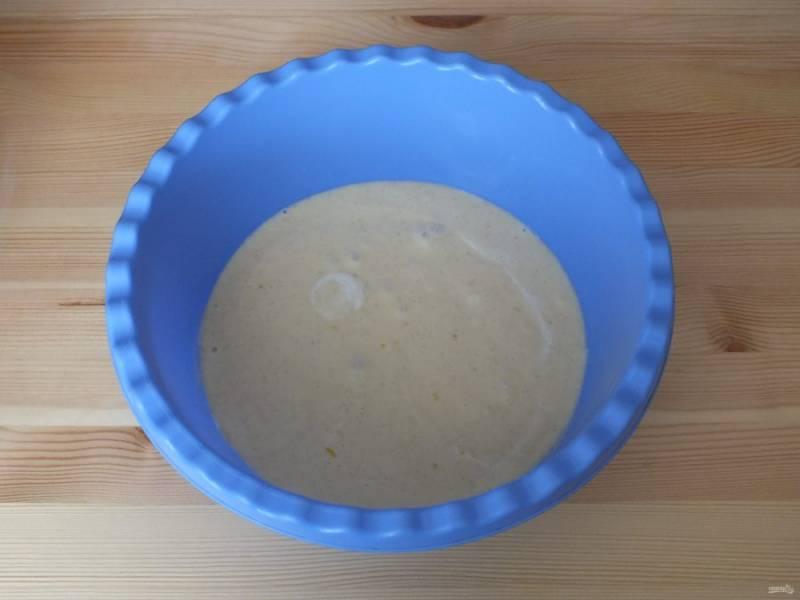 Добавьте молоко с ванилью и хорошо смешайте с помощью миксера.