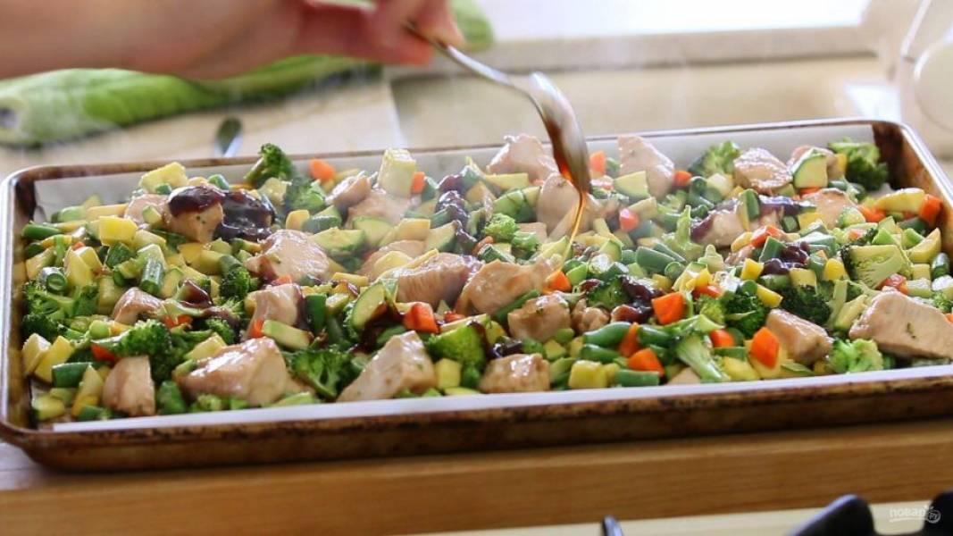 8. После этого в блюдо влейте оставшийся соус.