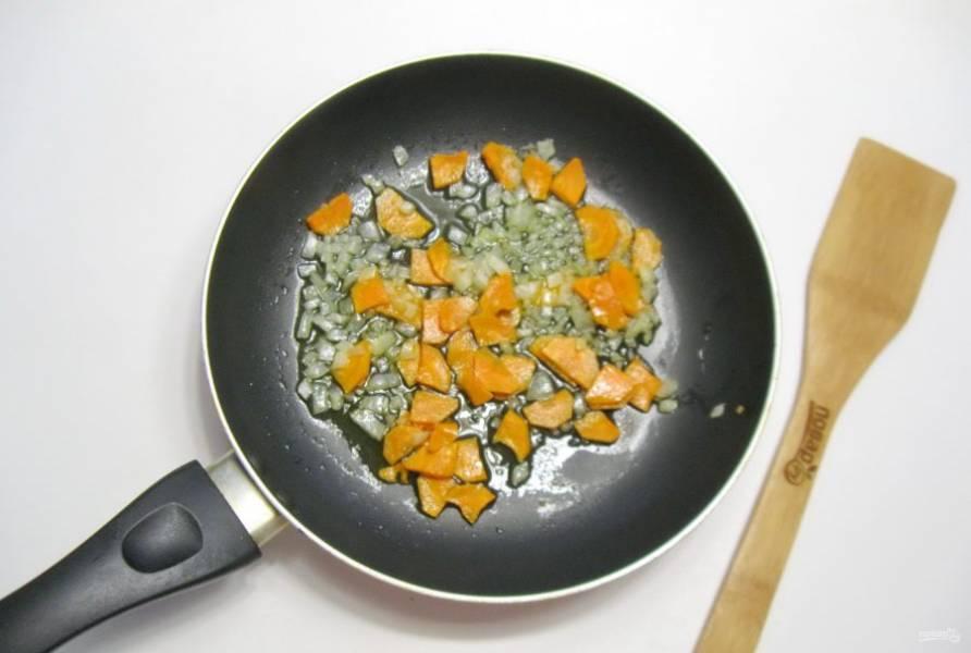 Поджарьте лук и морковь в течение 7-8 минут, перемешивая.