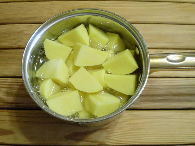 2. Для того, чтобы грибная начинка не рассыпалась, я добавлю картофельного пюре. Поэтому ставим вариться картофель в малом количестве соленой воды. Варим до полной готовности.