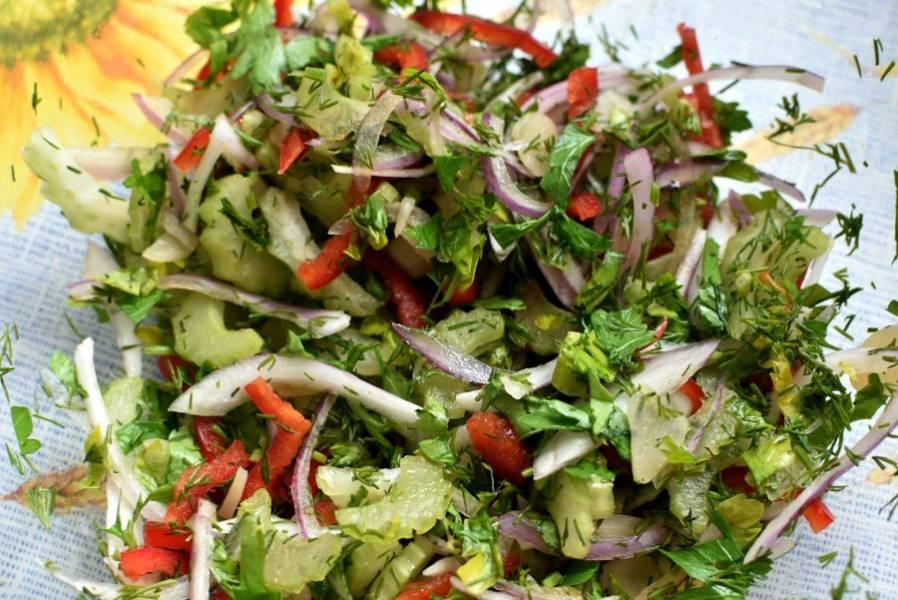 Овощи вымойте, очистите лук и соленый чеснок.  Тонко нашинкуйте лук вдоль чешуек. Тонко и мелко нашинкуйте острый перец, стебель сельдерея и чеснок. Нарубите зелень.