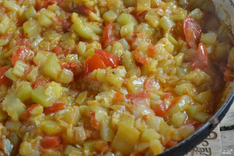 Готовьте икру до тех пор, пока помидоры полностью разварятся и окрасят остальные овощи.