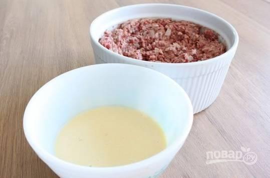 2. Пропустите через мясорубку (или измельчите в блендере) мясо, если не используете готовый фарш, и печень. Добавьте измельченный чеснок, соль, перец, тимьян, мускатный орех. Лук измельчите, обжарьте до легкого золотистого цвета и добавьте в фарш. Все как следует перемешайте. В отдельной мисочке взбейте яйца со сливками и бренди.