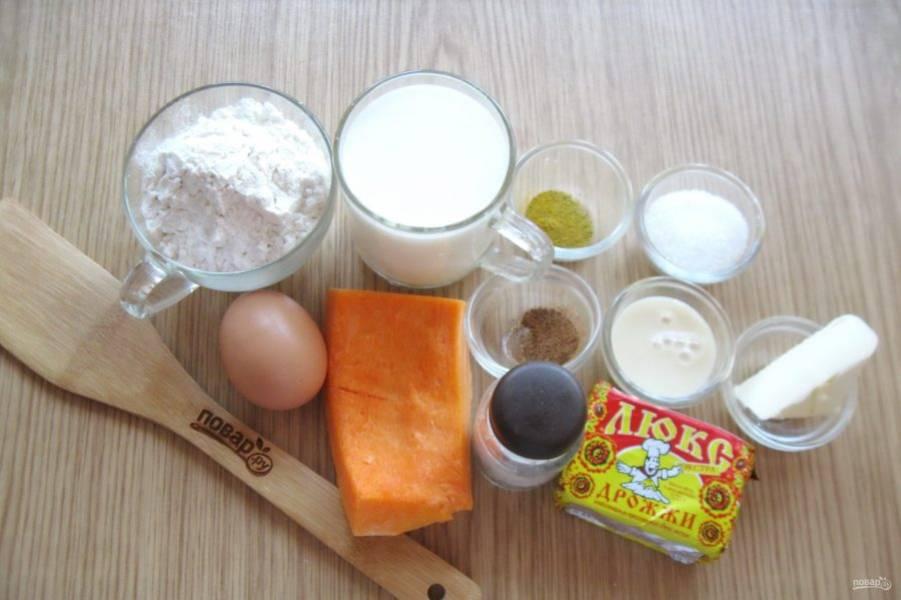 Для того, чтобы испечь такие булочки подготовьте следующие ингредиенты: молоко, дрожжи, сахар, соль, кордамон, мускатный орех, масло сливочное, муку, сгущенное молоко, яйца и тыкву.