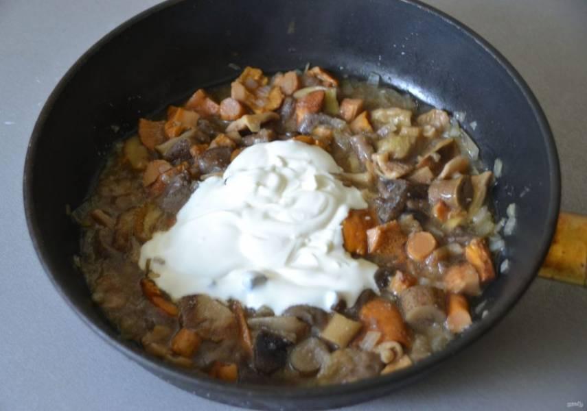 Добавьте к грибам 2 ст. ложки сметаны, размешайте и потушите еще 10-15 минут под крышкой.