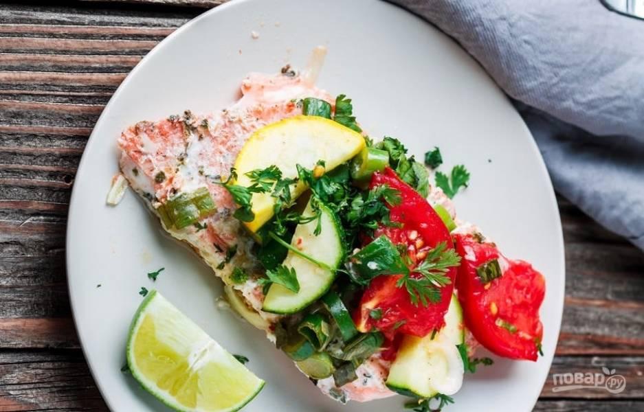 7.Аккуратно разверните фольгу и переложите рыбу с овощами в тарелку, а можно подавать и в фольге. Подавайте горбушу, украсив петрушкой и ломтиками лайма.