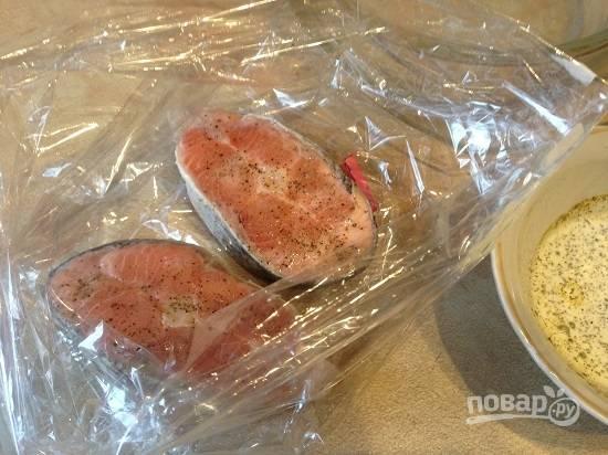 Выкладываем стейки в пакет для запекания.